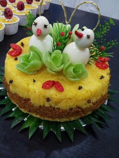 2. Bentuk tumpeng menyerupai kue tart dengan hiasan-hiasan unik di atasnya
