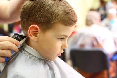 Siapa Bilang Anak Laki-Laki Tak Bisa Bergaya Kekinian? Cek Model Potongan Rambut Ini, Moms!