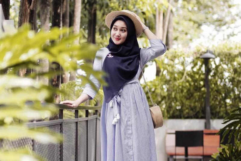 Ingin Tampil Simple Modis Intip Busana Muslim Terbaru Ala Dian