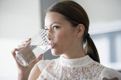Diet Cepat dan Alami dengan Air Putih, Intip Caranya Moms!
