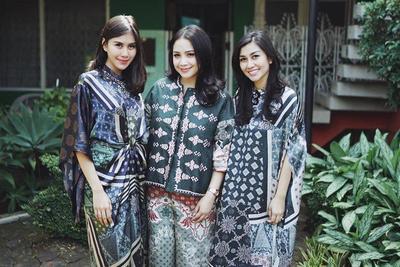 Kompak di Momen Spesial dengan Baju Couple Bareng Keluarga Yuk, Moms!