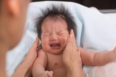 Tak Perlu Panik, Kenali Penyebab Anak Bayi Menangis dan Cara Menenangkannya