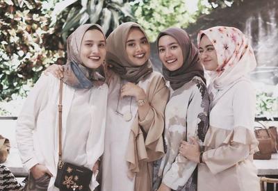 Stop Salah Pilih Moms! Ini 6 Warna Jilbab yang Cocok untuk Kulit Sawo Matang