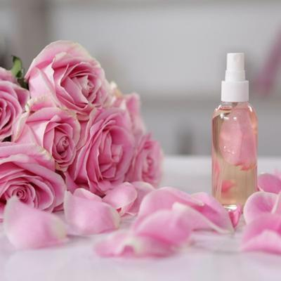 Beragam Kegunaan dan Cara Mudah Membuat Spray Wajah dari Air Mawar Viva