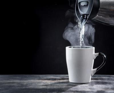 Mitos Minum Air Putih Hangat