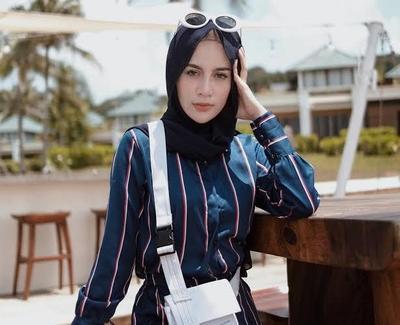 1. Perpaduan Warna Baju Biru Dongker