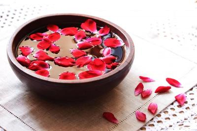 Cara Mengencangkan Wajah dengan Air Mawar