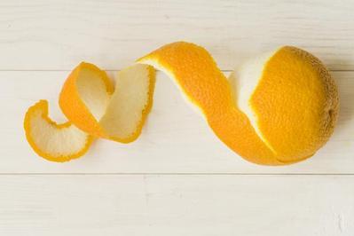 Cara Membersihkan Karang Gigi Dengan Kulit Jeruk