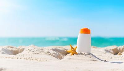 Bolehkah Memakai Sunscreen yang Sudah Kedaluwarsa? Begini Penjelasannya, Moms