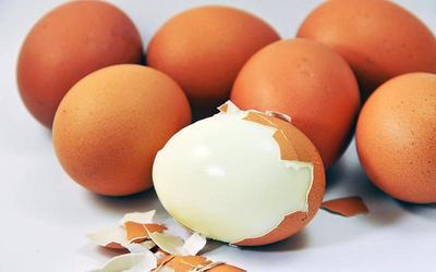Tips & Trik Mengupas Kulit Telur Agar Tidak Rusak, Mudah Kok Moms!