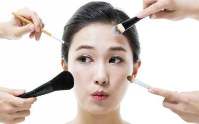 5. Hindari Menggunakan Makeup yang Berlebihan