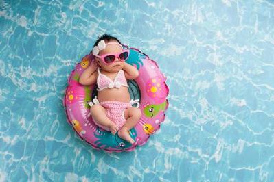 Jadi Kegiatan Menyenangkan dengan Si Kecil, Ini Tips Mengajak Bayi Berenang Pertama Kali