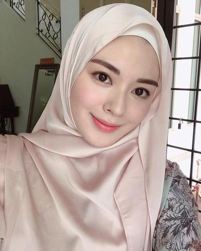 Tampil Modis Saat Bukber, Coba Tutorial Hijab Pashmina Ala Selebgram Ini!