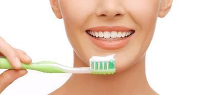 8 Cara Alami Memutihkan Gigi, Bahannya Mudah Didapat Kok, Moms!