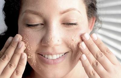 Jangan Asal, Ketahui Cara Eksfoliasi Wajah dengan Scrub yang Benar