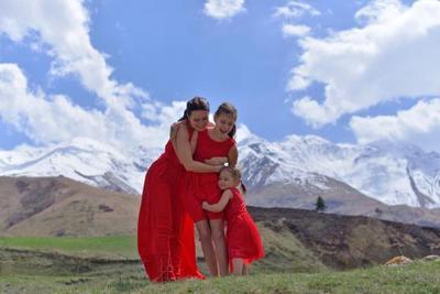 2. Dress merah