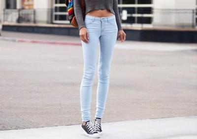 1. Skinny Jeans dan Sepatu Converse