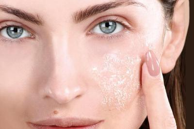 Scrubbing atau Peeling, Mana yang Lebih Baik untuk Wajah Ya Moms?