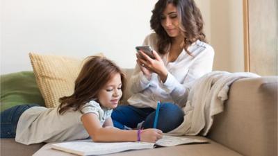 Jaga Privasi Anak, Jangan Lakukan Ini di Media Sosial Moms!