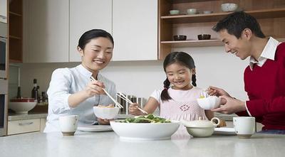 Manfaat Rutin Makan Bersama Keluarga, Bisa Jadi Sarana Mendidik Anak Loh, Moms