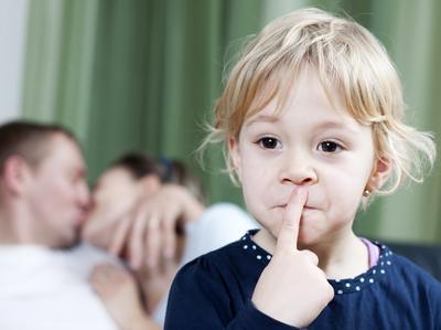 Berciuman Di Depan Anak, Apakah Boleh?