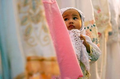 Tips Sholat Ied Bersama Balita, Simak Yuk Moms Biar Si Kecil Tak Rewel