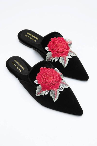 2. Sepatu Mule Aksen Bordir