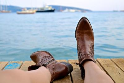 Jangan Asal Moms, Ini Tips Merawat dan Membersihkan Sepatu Sesuai Jenis Bahannya