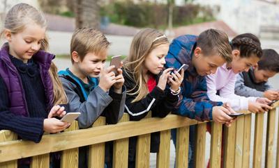 Moms, Ketahui 5 Hal Penting Ini Saat Anak Gemar Bermain Media Sosial