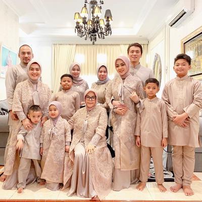 8 Gaya Fashion Baju Lebaran Selebriti, Bisa Jadi Inspirasi Seragam Keluarga, Moms!