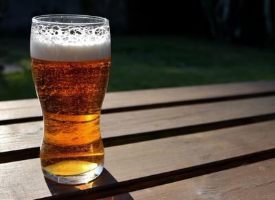 Mengonsumi Minuman Beralkohol