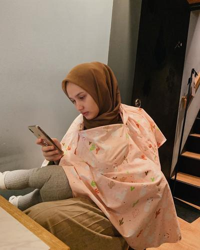 Tampil Modis Saat Menyusui, Intip Padu Padan Outfit Hijab Busui Kekinian Ala Dwi Handayani