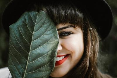 Agar Sehat Merona, Ketahui Manfaat dan Cara Scrub Bibir yang Benar Yuk!