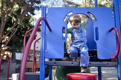 Mencegah Cidera, Berikut Tips Aman Anak Bermain di Playground
