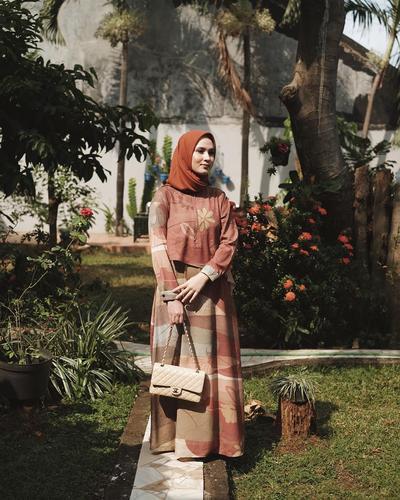 Tetap Modis dengan Inspirasi Outfit Hijab Kondangan untuk Ibu Menyusui ala Selebgram