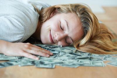 5 Barang yang Tak Seharusnya Disimpan di Bawah Bantal Saat Tidur