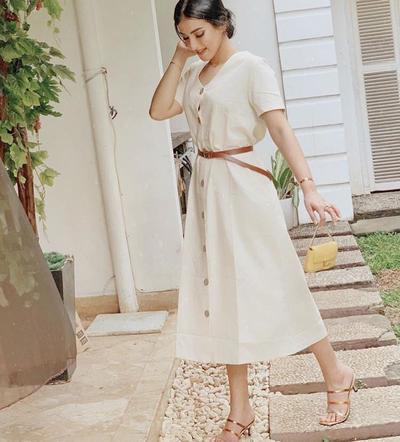Midi Dress dengan Open Toe Heels dan Belt Kecil