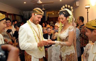 Suka Duka Menikah dengan Warga Negara Asing, Ini 4 Hal yang Akan Kamu Hadapi Nantinya
