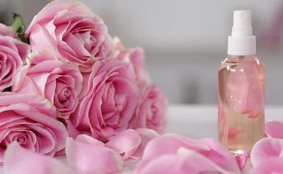 Melembapkan dan Mencerahkan Wajah, Ini Ragam Cara Memanfaatkan Air Mawar untuk Kecantikan