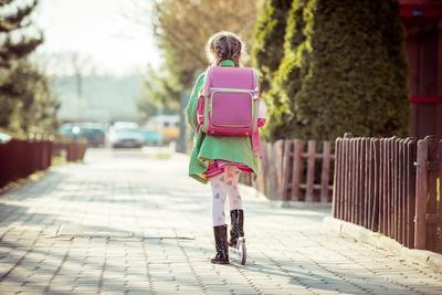 Tips Anak Mandiri, Kapan Waktu yang Tepat Si Kecil Berangkat Sekolah Sendiri?