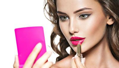 Hindari Terlalu Sering Memakai Lipstik