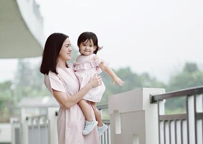 Kompak dan Kekinian, Intip Fashion Style Ala Ibu & Anak Alice Norin dan Alita Nora Lawi