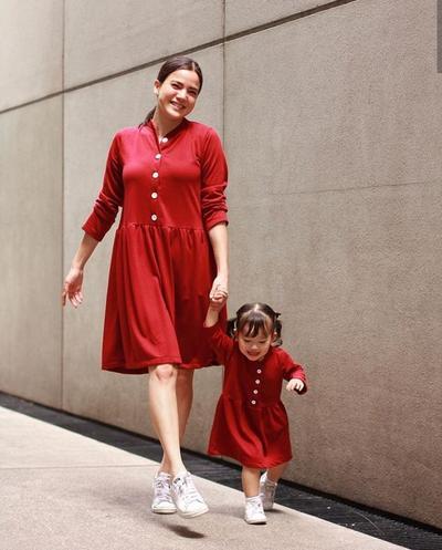 4. Dress Merah dan Sneaker Putih