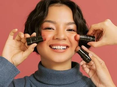 Makin Kece! Ini 3 Rekomendasi Blush On Stick Lokal Wajib Ada di Tas Makeup Moms