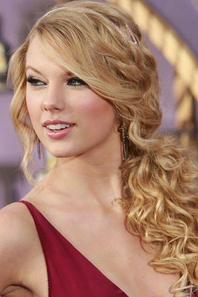Inspirasi Gaya Rambut ke Pesta Ala Taylor Swift, Cocok untuk Moms dan Si Kecil Nih!