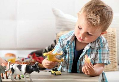 Apa Penyebab Anak Sering Bicara Sendiri? Waspadai Tanda-tanda Ini, Moms!