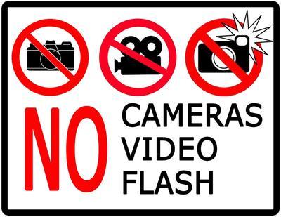 Moms, Yuk Pahami 4 Aturan Foto dan Merekam Video di Tempat Umum!