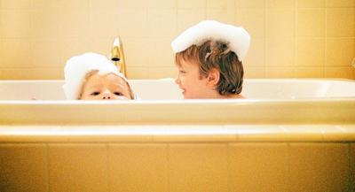 Ciri-ciri Anak Siap Mandi Sendiri, Kapan Waktu yang Tepat?