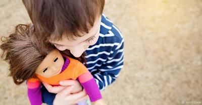 Saat Anak Laki-laki Lebih Suka Bermain Boneka, Berbahayakah?