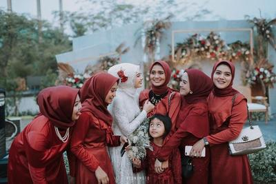 3. Bridesmaid dress kontras dengan pengantin